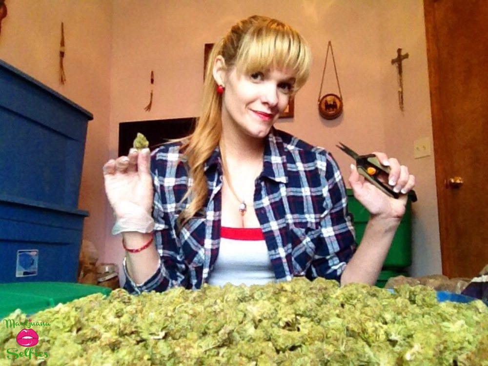 Natalie Lindsay Selfie No. 2922 - VOTE for this Marijuana Selfie!
