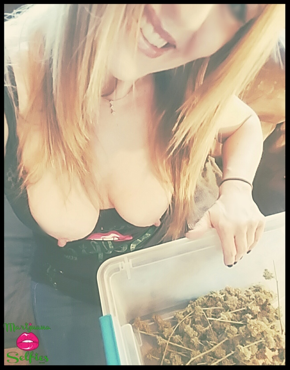 Jenna 💋 Selfie No. 4220 - VOTE for this Marijuana Selfie!