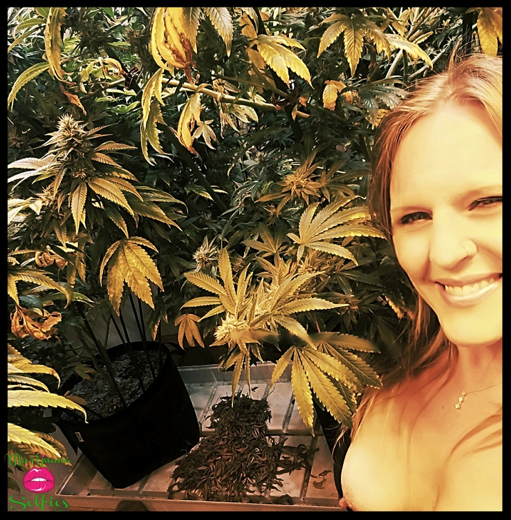 Jen 💋 Selfie No. 4509 - VOTE for this Marijuana Selfie!