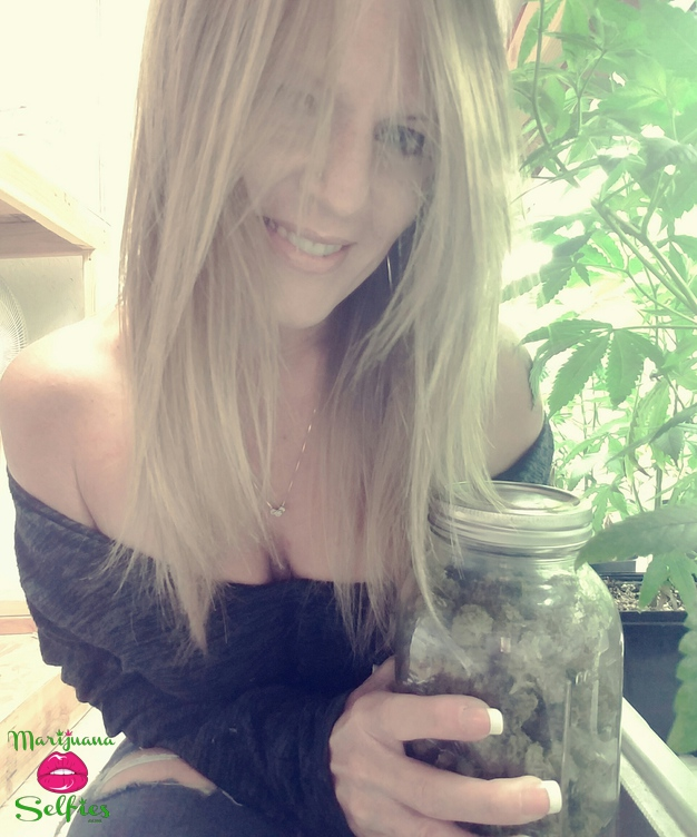 Jen 💋 Selfie No. 4991 - VOTE for this Marijuana Selfie!